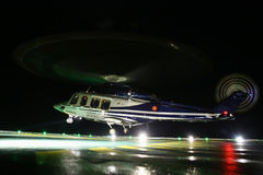 在近海油和煤气平台的直升机着陆在甲板或停车场 直升机飞行员夜间飞行训练  库存图片