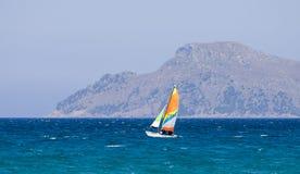 在近Alcudia海湾的一艘小帆船能Picafort镇,马略卡 库存图片
