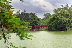 在还剑湖的红色桥梁 免版税库存照片
