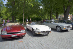 在这个品牌的所有者和热心者的汇集的三个汽车捷豹汽车各种各样的模型 芬兰土尔库 免版税库存照片