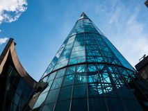 在这个弯曲的玻璃大厦的美好的现代建筑学 库存照片