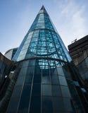 在这个弯曲的玻璃大厦的美好的现代建筑学 免版税库存照片