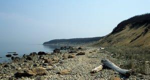 在这里小山的多岩石的海滩 库存图片