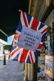 在这里销售中的今天英国报纸签字 免版税库存照片
