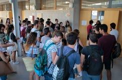 在进入教室前的学生他们最后的夏天检查的 图库摄影