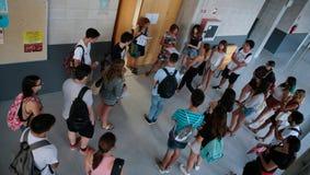 在进入教室前的学生他们最后的夏天检查的 库存照片