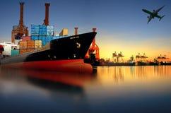 在进口,出口口岸的集装箱船反对美好的早晨l 免版税图库摄影