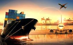 在进口,出口口岸的集装箱船反对美好的早晨l 免版税库存照片