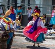 在进行厄瓜多尔传统舞蹈-基多,厄瓜多尔的地方服装的小组 免版税库存照片