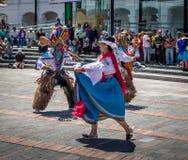 在进行厄瓜多尔传统舞蹈-基多,厄瓜多尔的地方服装的小组 库存图片