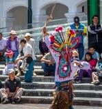 在进行厄瓜多尔传统舞蹈-基多,厄瓜多尔的地方服装的小组 库存照片