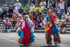 在进行厄瓜多尔传统舞蹈-基多,厄瓜多尔的地方服装的小组 免版税图库摄影