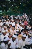 在进行的Melasti仪式期间的当地人 库存图片