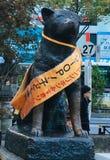 在进贡的古铜色雕象对Hachiko 库存照片