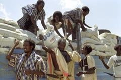 在远处供应人,埃塞俄比亚的食品援助 免版税库存图片