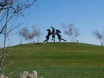 从在远处的跳舞野兔 免版税库存照片