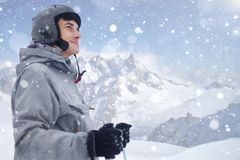 在远处看在开始前的快乐的滑雪者对滑雪 享受在冬天季节的愉快的人假日 w的微笑的登山家滑雪者 免版税库存照片