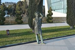 在远处看的海员的古铜色雕象,巴库阿塞拜疆 免版税库存图片