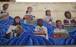 在远景高度邻里的墙壁上的艺术在布鲁克林 免版税图库摄影