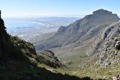 在远足在桌山的板材夹子的美妙的自然道路在开普敦,南非 库存照片