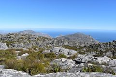 在远足在桌山的板材夹子的美妙的自然道路在开普敦,南非 库存图片