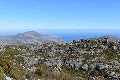 在远足在桌山的板材夹子的美妙的自然道路在开普敦,南非 免版税库存图片