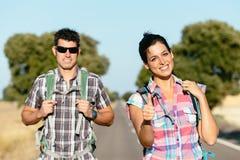 在远足夏天旅行假期的路的夫妇 免版税图库摄影
