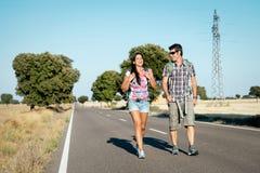在远足夏天旅行的夫妇 免版税库存照片