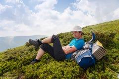 在远足期间,远足者采取休息 免版税库存照片