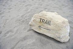 在远足沙子背景的原野的足迹消息 免版税图库摄影