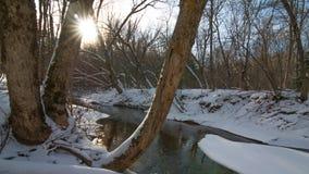 在远足道路的美好的晴朗的多雪的冬日在列斯Voight状态鱼孵卵站访客中心附近的一条小小河,Bayfield - W 免版税图库摄影