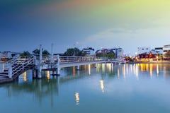在连接在一个小海岛上的水的桥梁省公园在桶盖Phalanchai湖与Roi城市和,泰国 免版税库存照片
