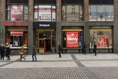 在连接布拉格- Na prikope的老和新市镇著名街道上的购物中心 库存照片