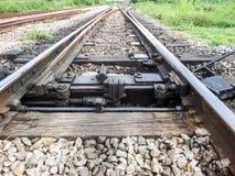在连接点火车站附近的铁路铁路 库存照片