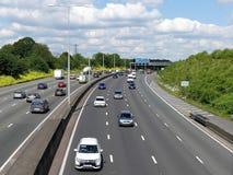 在连接点18附近的M25伦敦轨道机动车路在赫特福德郡,英国 免版税库存图片