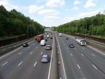 在连接点17附近的M25伦敦轨道机动车路在赫特福德郡,英国 免版税库存图片