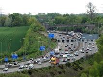在连接点17,Chorleywood,赫特福德郡,英国附近的M25伦敦轨道机动车路 免版税库存图片
