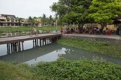 在连接Hoi和会安市古镇的Hoai河的桥梁 免版税库存照片