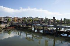在连接Hoi和会安市古镇的Hoai河的桥梁 库存图片