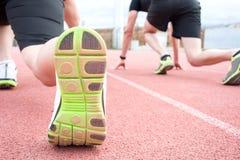 在连续轨道的开始赛跑者 免版税图库摄影