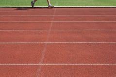 在连续轨道的赛跑者 免版税库存图片