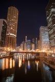 在迪尔伯恩街芝加哥街市市Skykine避孕套下的运河 免版税库存照片