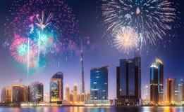 在迪拜企业海湾上的美丽的烟花,阿拉伯联合酋长国 库存图片