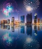 在迪拜企业海湾上的美丽的烟花,阿拉伯联合酋长国 免版税库存照片