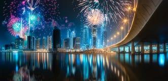 在迪拜企业海湾上的美丽的烟花,阿拉伯联合酋长国 免版税图库摄影