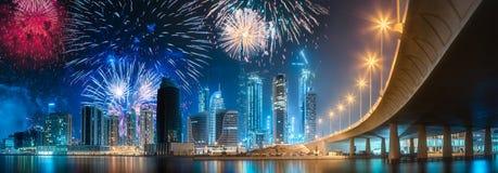 在迪拜企业海湾上的美丽的烟花,阿拉伯联合酋长国 图库摄影