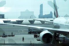 在迪拜国际机场停放的飞机 免版税库存照片