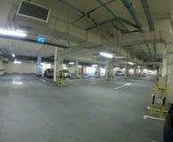 在迪拜地下室的干净的停车场 免版税库存照片