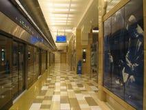 在迪拜地铁的等待的火车 库存图片