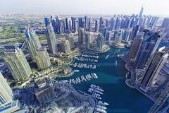 在迪拜小游艇船坞和豪华的顶视图乘快艇在日落,迪拜,团结的阿拉伯人Emirares 免版税库存照片